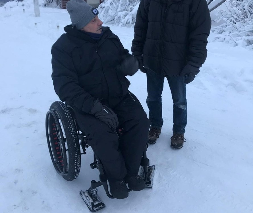 "Rollstuhl-Urlaub: The ""Wheelblades"" attached to front wheels help you move through the snow - The Friendly Moose Lapland"