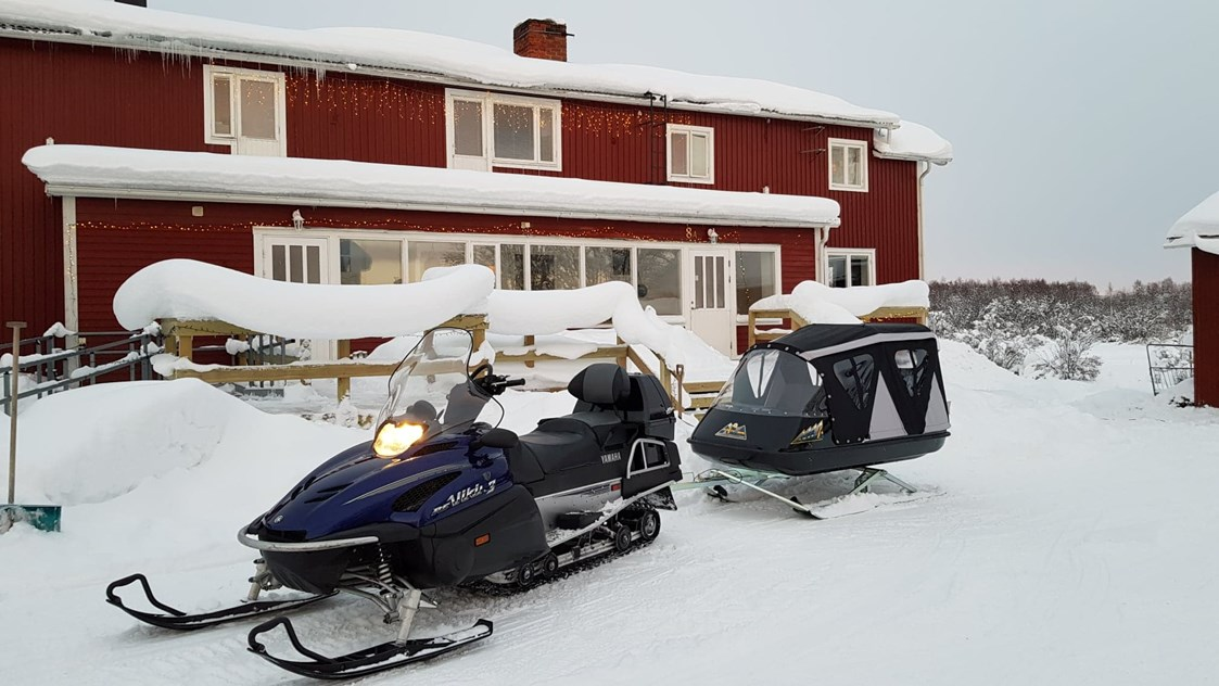 Rollstuhl-Urlaub: Our snowmobile and pulka can transport you into the most magical winter forests, where we can enjoy coffee and food cooked over an open fire.. - The Friendly Moose Lapland