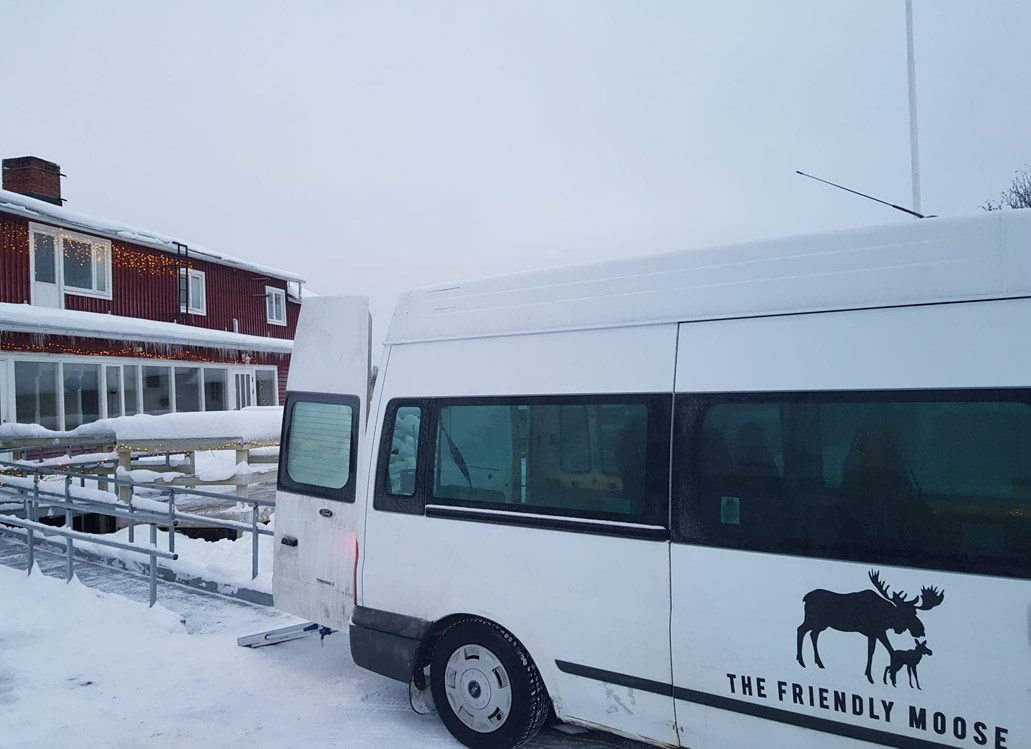 Rollstuhl-Urlaub: Airport transfers and all travel throughout your winter holiday is on our wheelchair-adapted high-roof minibus. We have 9 seats, plus space for 2 passengers to travel in their own wheelchair. The Friendly Moose has ramp access and all guest accommodation is on the ground floor. - The Friendly Moose Lapland