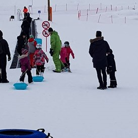 Rollstuhl-Urlaub: Gentle sliding fun on our sledges and large snowtube. Rediscover the child inside you. - The Friendly Moose Lapland
