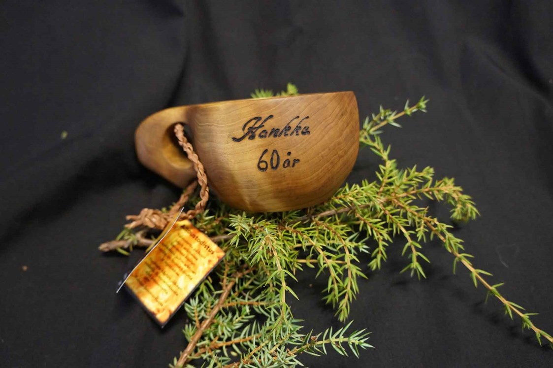 Rollstuhl-Urlaub: Traditional wooden-cup engraving is available as an extra option - The Friendly Moose Lapland